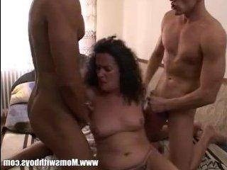 Голландское порно: спящий сынок соблазнен тремя зрелыми тетками