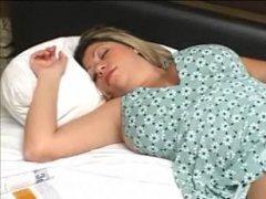 Мужчина ласкает спящую девушку, возбуждая ее к ебле