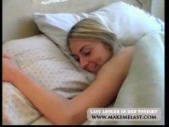 Нахальный мужик ебет спящую дочь в красивую пизду