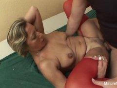 Порно: мама спит голая в красных чулках, а ее ебет сын