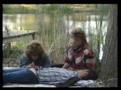 Порно: со спящим мужиком прямо на улице решили потрахаться две красотки