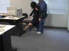 Порно: спящая азиатка, была нагло трахнута мужиком в офисе
