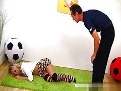 Секс: вдул спящей дочери-футболистке в попочку