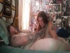 Жена сосет у спящего мужа и трахается в пизду