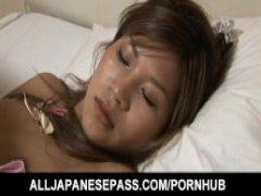 Парень трахает спящую азиатку в волосатую пизду