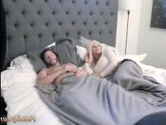 Дочь спит голая и этим не мог не воспользоваться отчим