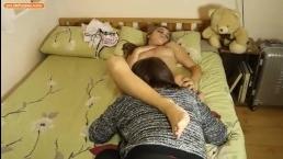 Спящая девушка получает влажный язык на своей киске