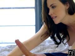 Порно видео: спящая девушка привлекла парня и он разбудил ее для секса